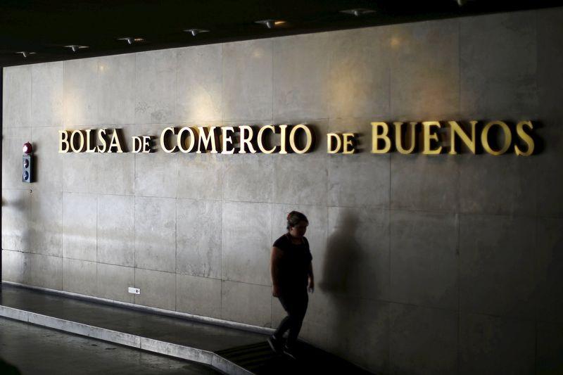 © Reuters.  La Bolsa de Buenos Aires baja un 1,69 % y el riesgo país rompe su buena racha