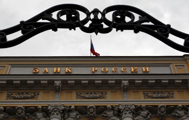 © Reuters.  ЦБ РФ установил курс доллара на сегодня в размере 56,2505 руб.