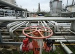UPDATE 1-Oil steadies, but economic slowdown still weighs on markets