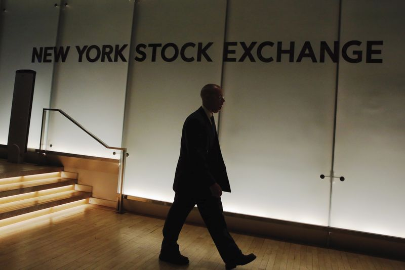 © Reuters.  Wall Street futures point to flat open as investors regroup after Fed