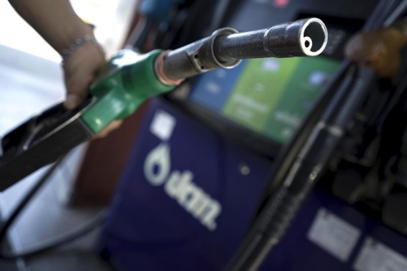 © Reuters.  India plans home delivery of petroleum products