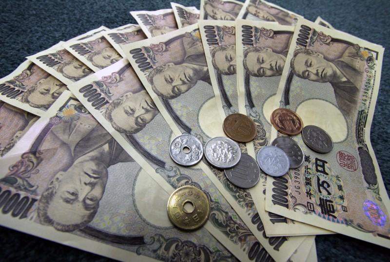 © Reuters.  Yen weaker in Asia