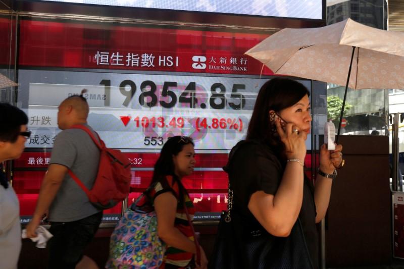 © Reuters.  La Bolsa de Hong Kong cae un 2,39 % a media sesión
