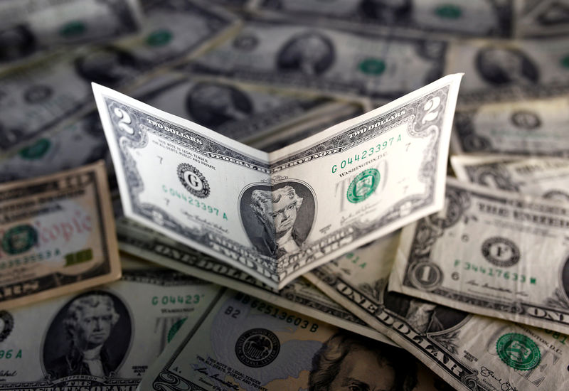 © Reuters.  Dollar rebounds against currency basket as risk aversion eases