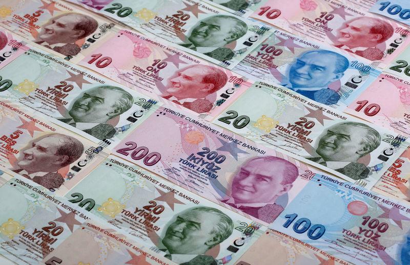 © Reuters.  YENİLEME 1-Yüksek enflasyon TL'ye güveni azaltırken %50'den fazla mevduatın YP olması dolarizasyon sorununu gündeme getiriyor