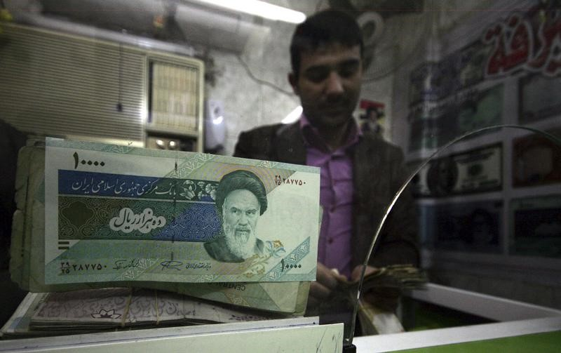 © Reuters.  As Iran rial hits record low, police crack down on moneychangers