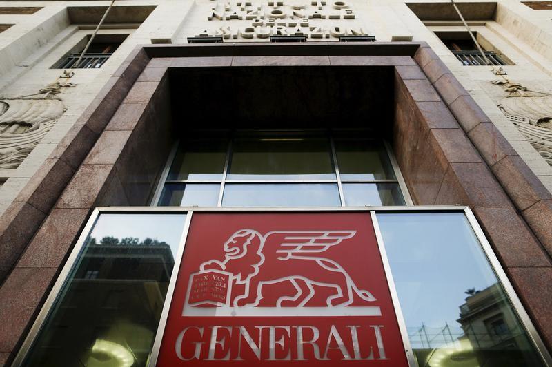 © Reuters.  Generali apre a collaborazione industriale con Intesa, blinda suo 3% banca