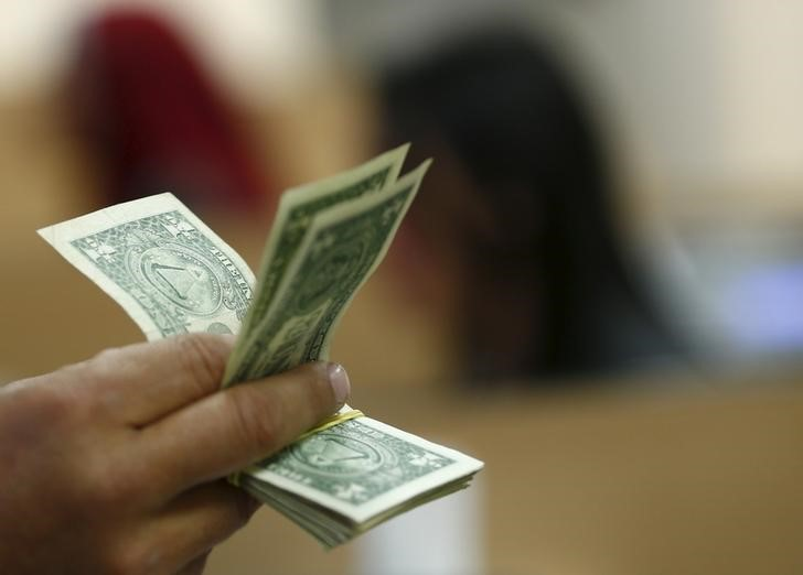 © Reuters.  Dollar post first monthly gain since February