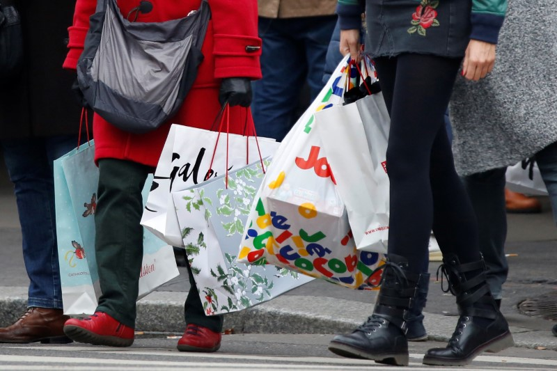 © Reuters.  U.S. retail sales growth beats forecasts in November