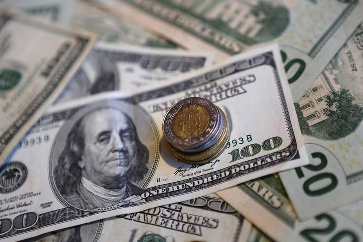 © Reuters.  Peso mexicano gana tras datos de inflación EEUU, debilitamiento de dólar