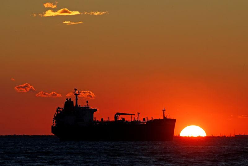 © Reuters.  Сланцевые производители могут вернуть на рынок нефти избыток предложения − МЭА