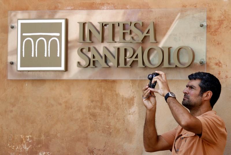© Reuters. Intesa Sanpaolo offers 100 million euros to tackle virus emergency, 5 billion euros in loans: paper