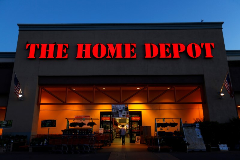 © Reuters. Home Depot Cuts Sales Outlook on Tariffs, Lumber Price Deflation