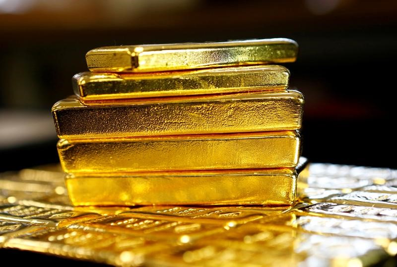© Reuters.  Gold edges lower after Monday's rally