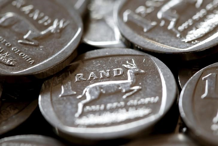 © Reuters.  South African rand gains ground against softer dollar