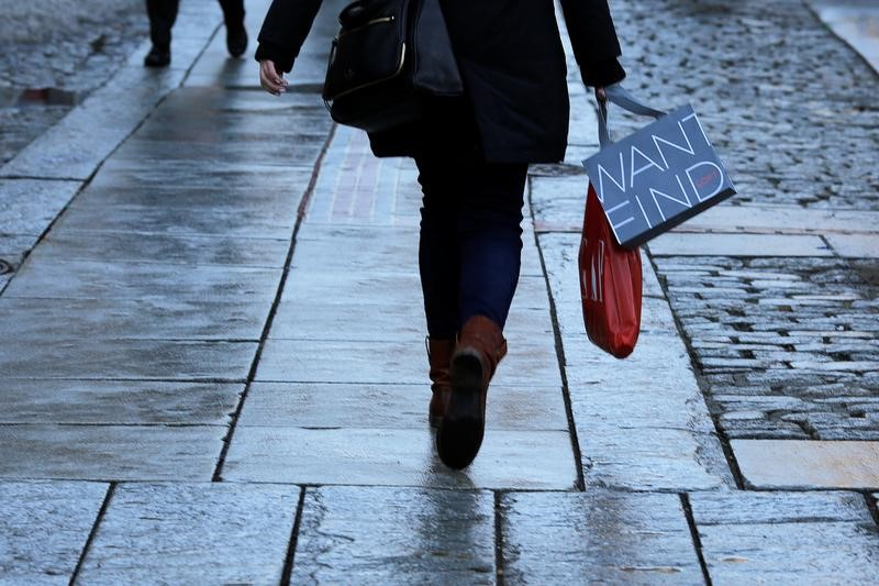 © Reuters.  UK economy grows 0.7% in three months to August
