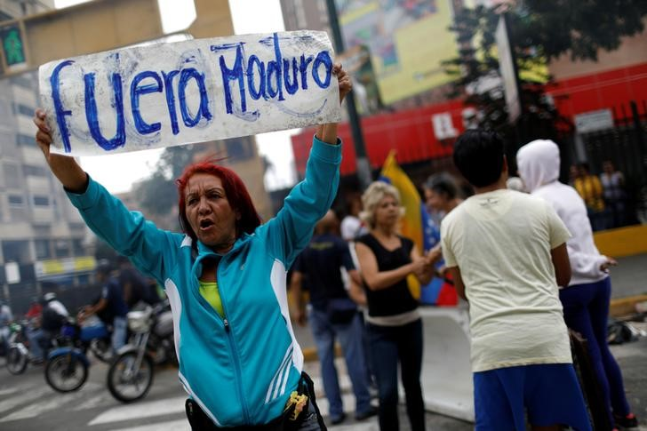 © Reuters.  Centenas de venezuelanos protestam prevendo manipulação de eleição presidencial