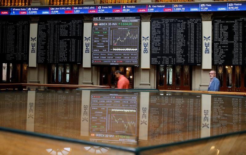 © Reuters.  El Ibex 35 se sitúa a mediodía en un nuevo mínimo anual tras perder un 1,09%