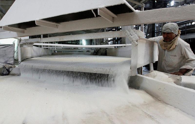 © Reuters.  ALIMENTOS-Futuros de azúcar sin refinar amplían desplome, café arábiga sube desde mínimos de 2013