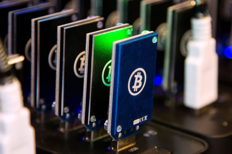 © Reuters.  Bitcoin, Ethereum push higher after weekend slide