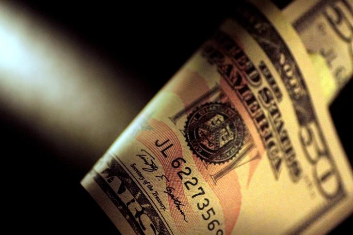 © Reuters.  Dollar slides as lacklustre U.S. inflation data dims rate hike hopes