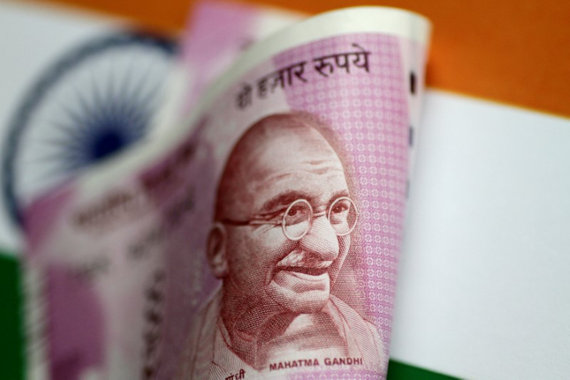 © Reuters.  Politics and policy easing to hurt Indian rupee: Reuters poll