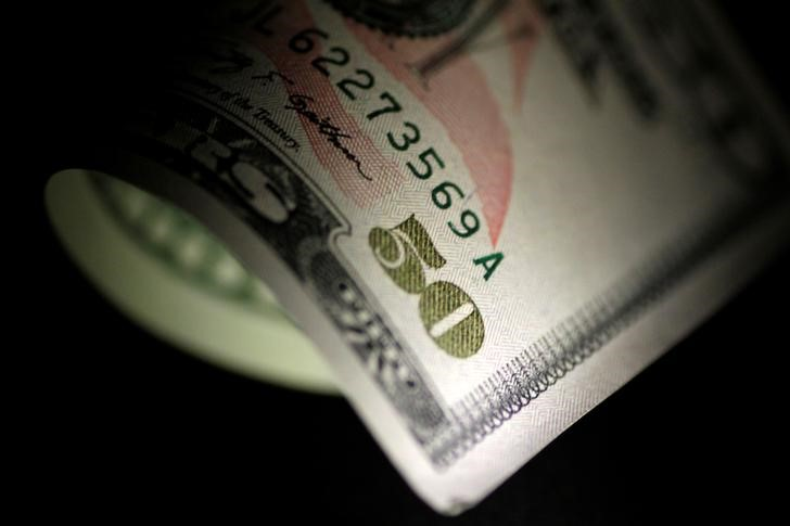 © Reuters.  Dollar eases, remains close to 5-month highs