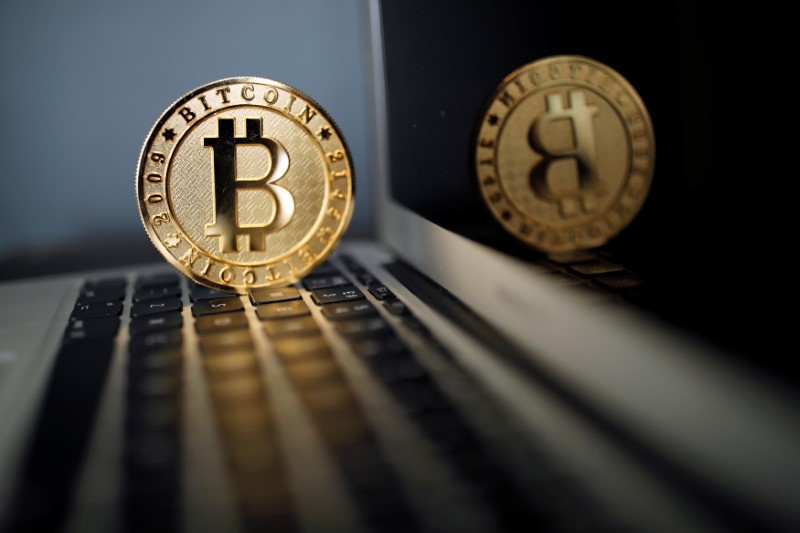 © Reuters.  Bitcoin recovers after pulling back from record highs