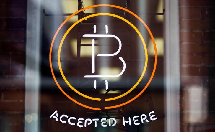 © Reuters.  Bitcoin hits record highs as CME to launch bitcoin futures