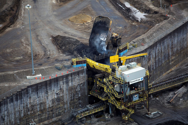 © Reuters.  UPDATE 1-Worker killed at Suncor's Millennium oil sands mine
