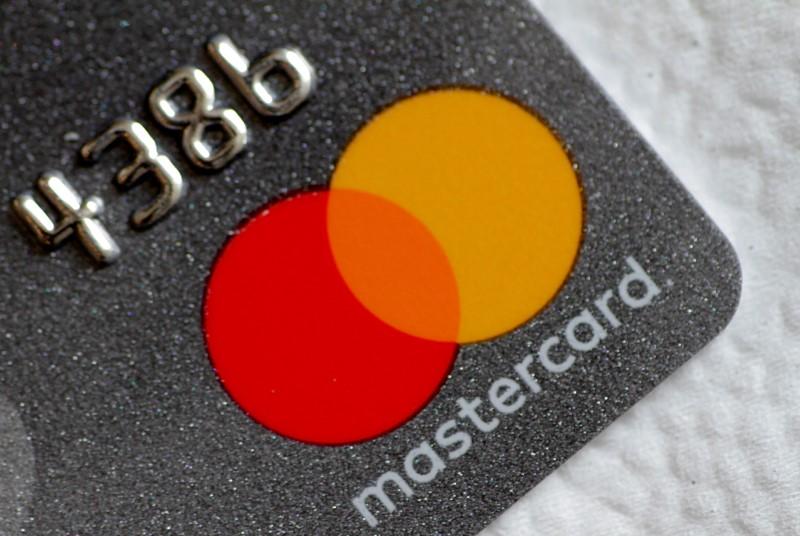 © Reuters.  Mastercard Falls 3%