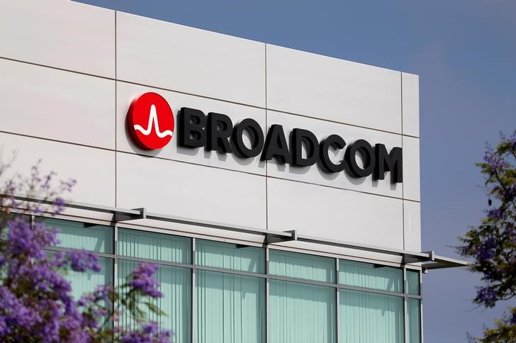 © Reuters.  Broadcom ends bid for Qualcomm after President Trump nixes deal