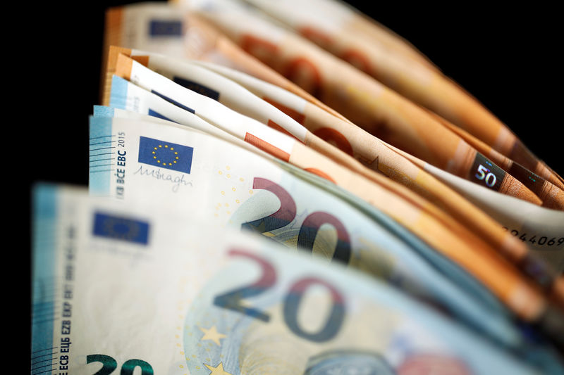 © Reuters.  Euro hits day's highs after ECB minutes
