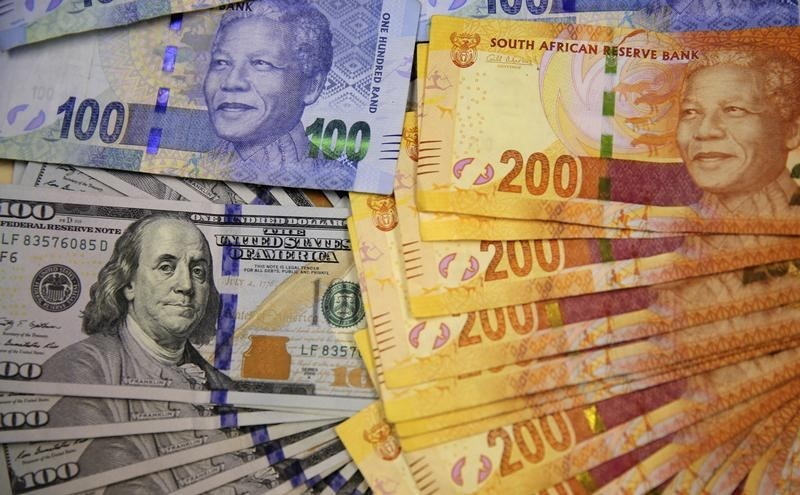 © Reuters.  South Africa's rand at six-week low as emerging market currencies slip