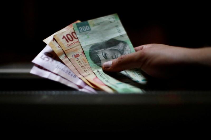 © Reuters.  Peso mexicano pierde ante avance de dólar tras datos EEUU, perfila alza semanal
