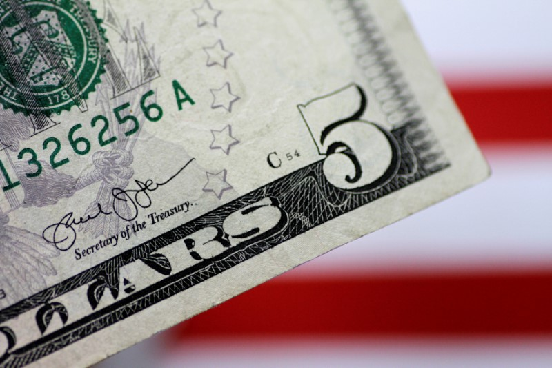 © Reuters.  Dollar records largest weekly percentage decline since June