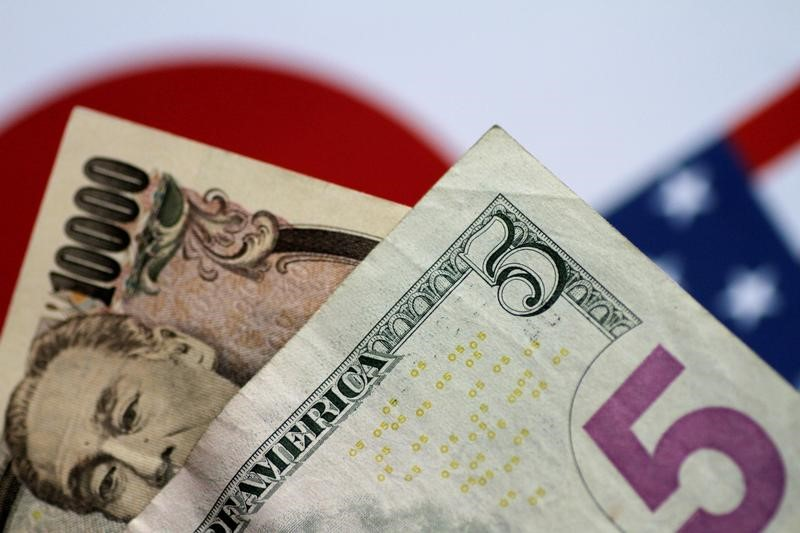© Reuters.  Dollar pushes higher, trade jitters support yen