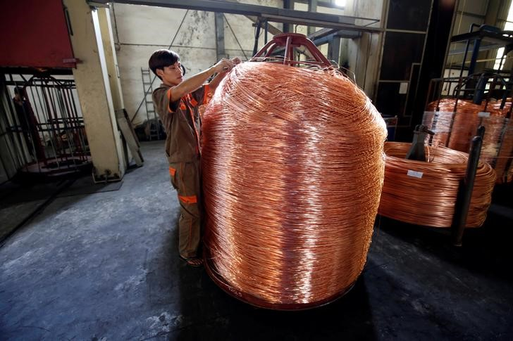 © Reuters.  Copper hits 1-year low on U.S. - China trade fears