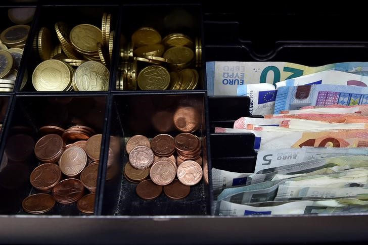 © Reuters.  Euro rises above $1.18 on ECB tapering bets