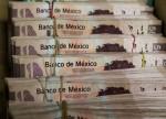 Peso mexicano cae tras anuncio de plan del gobierno para apoyar a petrolera estatal Pemex