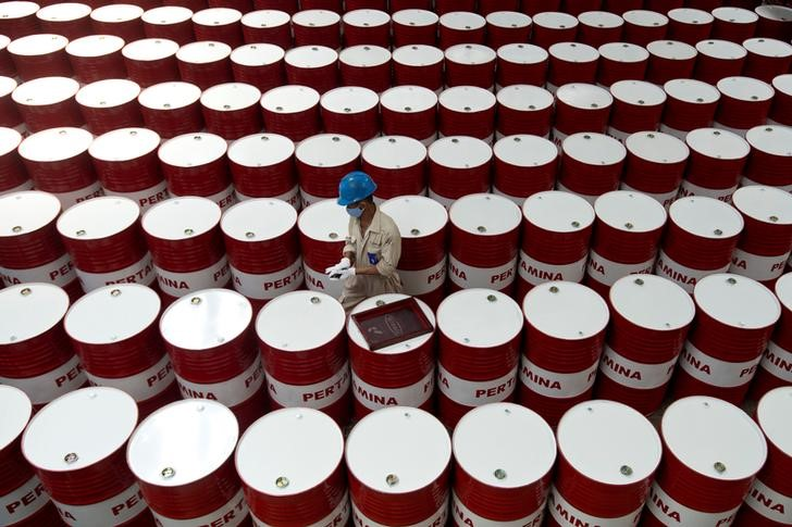 © Reuters.  U.S. crude oil inventories fall 5.296 million vs. forecast for 1.300 million draw