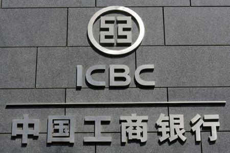 油价大跌中国银行业很受伤:集中投诉、APP拥挤、暂停交易……