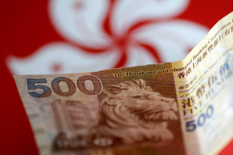 © Reuters.  Hong Kong Dollar Nears Weak End of Peg as Trade War Costs Mount