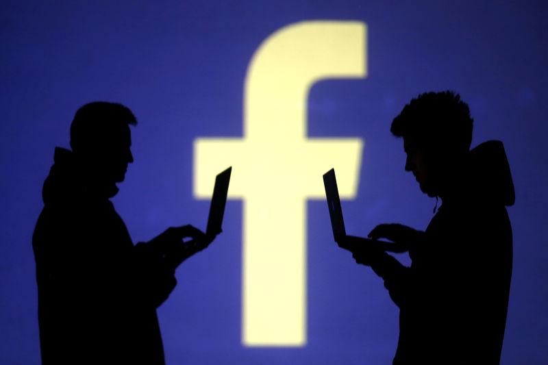 © Reuters.  Facebook Falls 7.47%