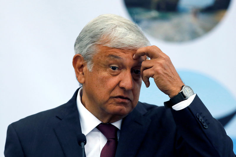 © Reuters.  México dice revisará contratos con empresa estatal de energía eléctrica, caen acciones
