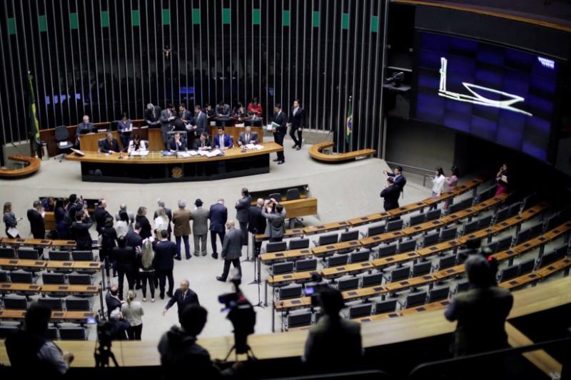 Câmara aprova texto-base de MP sobre taxas de serviços suportados por satélites