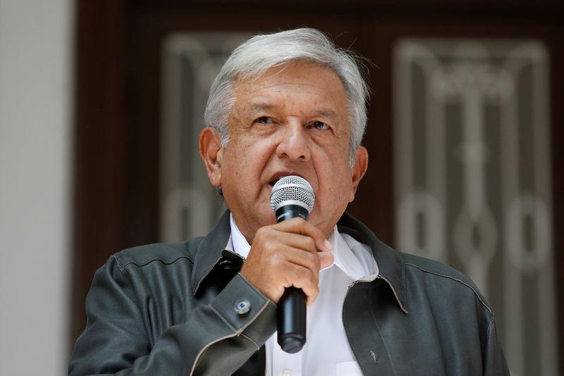 © Reuters.  México dice no hay denuncia contra líder sindicato petrolero