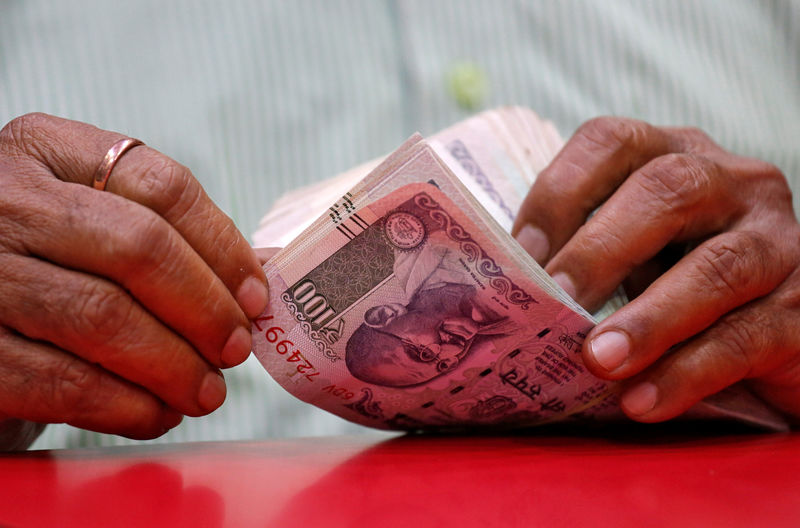© Reuters.  UPDATE 1-Indian rupee hits lifetime low, stocks tumble on global markets sell-off