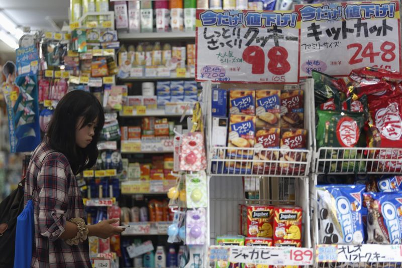 © Reuters.  Japan Sept price-adjusted wages down for fourth straight month