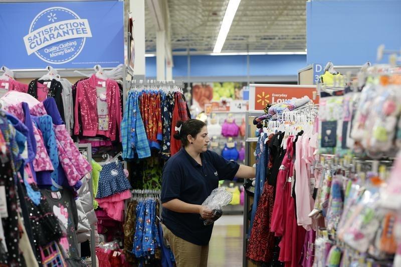 © Reuters.  Wal-Mart закроет 10% оптовых магазинов, уволит около 10 тыс. работников